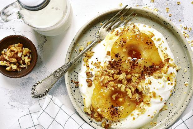 Gruszki karmelizowane na jogurcie z orzechami włoskimi