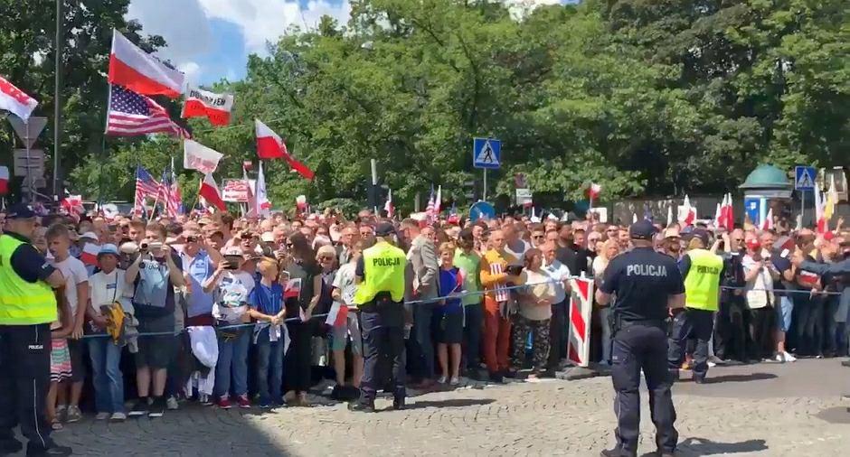 Działacze PiS i przedstawiciele Klubów Gazety Polskiej wygwizdali polityków opozycji na Placu Krasińskich