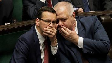 Premier Mateusz Morawiecki i minister aktywów państwowych Jacek Sasin. Prokuratura odmówiła wszczęcia śledztwa w sprawie wyborów kopertowych