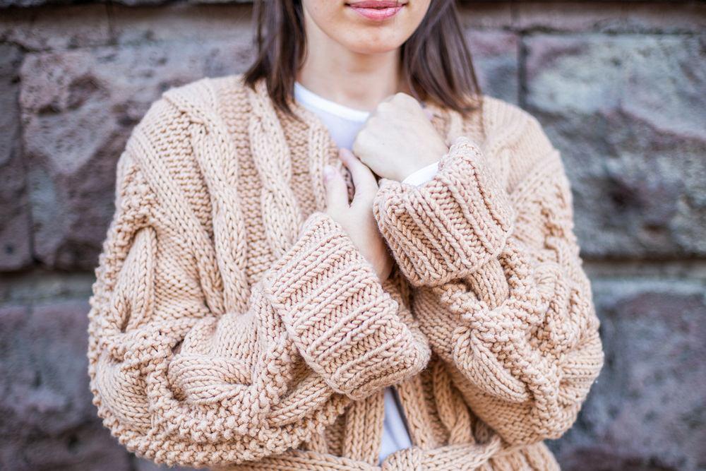 Kardigany, czyli jeden z najmodniejszych elementów garderoby na jesień 2019. Jak je nosić zgodnie z najnowszymi trendami?