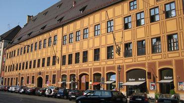 Długość fasady była wyznacznikiem bogactwa właściciela domu - Fuggerowie pokazali, na co ich stać, łącząc dwie ogromne kamienice. Dlatego cesarz Maksymilian I wybrał ten miejski pałac na swoją siedzibę podczas sejmu Rzeszy w 1518 r. Tu też był przesłuchiwany Marcin Luter