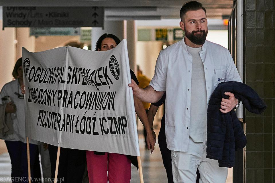 Szpitale w Łodzi. 8 października 2019. Protest w Matce Polce. Po prawej: Adam Konstanty Markiewicz, fizjoterapeuta z ICZMP