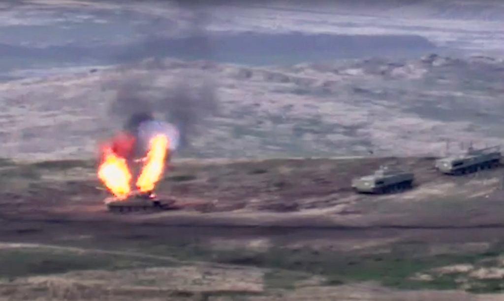 Kadr z nagrania sił zbrojnych Armenii, który ma pokazywać zniszczenie azerbejdżańskich czołgów