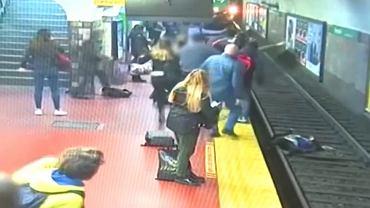 Kobieta upada na tory w metrze w Buenos Aires.