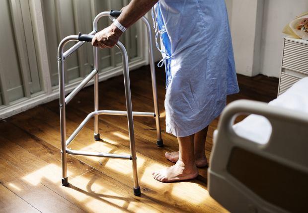 Starsza osoba w szpitalu (zdjęcie ilustracyjne)