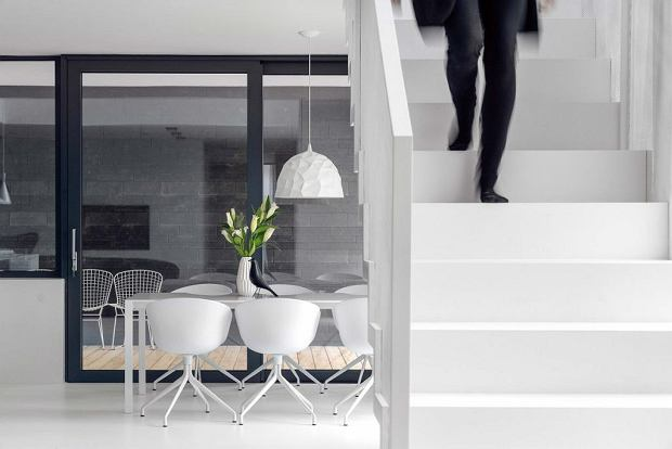 Monochromatyczne wnętrza domu dla rodziny