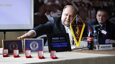 Prezes Jarosław Mroczek prezentuje odznaki Przyjaciela i Ambasadora Pogoni
