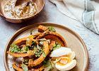 Pieczona dynia z jajkiem i dressingiem z pieczonego czosnku