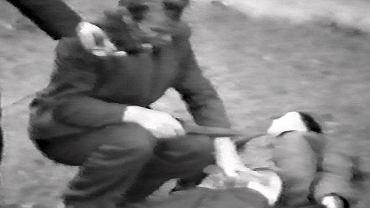Wizja lokalna z udziałem wampira. Przestępca pokazuje na manekinie, jak groził nożem kobiecie. Kadr z filmu dla potrzeb prokuratury