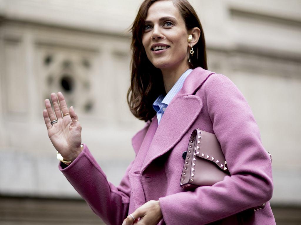 Modny model w pudrowym różowym kolorze