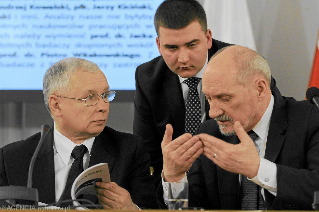 Jarosław Kaczyński i Antoni Macierewicz, z tyłu Bartłomiej Misiewicz