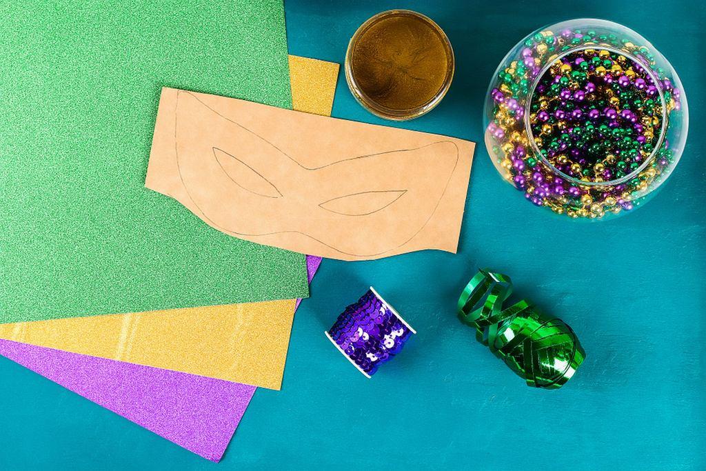 Jak zrobić maskę z papieru? Najważniejszy jest szablon, a później ogranicza cię już tylko wyobraźnia. Wykorzystaj ozdoby, które masz w domu - cekiny, ozdobne tasiemki, papier kolorowy, brokat...