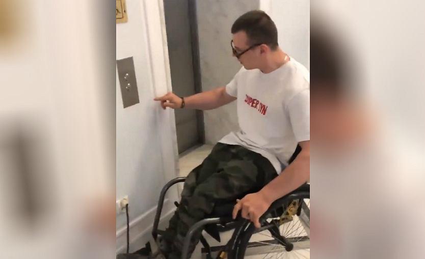 Zablokowane windy w miejscu protestu osób niepełnosprawnych w Sejmie