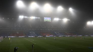 Wirusolog krytykuje polskich kibiców ws. otwarcia stadionów.