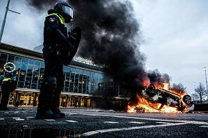 Holandia: Dziennikarze atakowani w trakcie zamieszek przeciw obostrzeniom