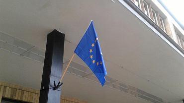 Gdy KOD powiesił flagę UE na budynku interweniowała policja.
