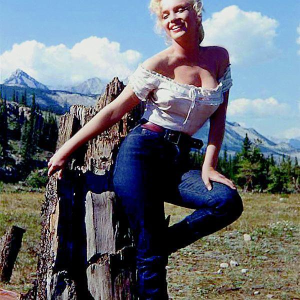 Marilyn Monroe w filmie 'Rzeka bez powrotu' (1954) w dżinsach Levi'sa uświadomiła Amerykankom, że w spodniach też można być sexy.