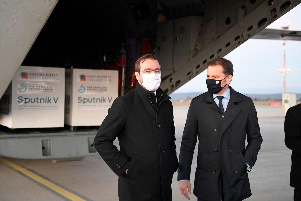 Słowacja odebrała pierwszą dostawę rosyjskiej szczepionki na koronawirusa Sputnik V. Na lotnisku 'witali' ją premier Igor Matovic i minister zdrowia Marek Krajci.