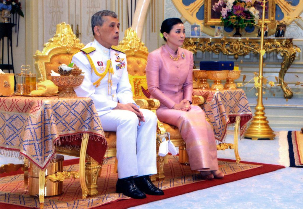 Król Tajlandii Maha Vajiralongkorn i Suthida Na Ayudhya podczas ceremonii zaślubin w sali tronowej pałacu Dusit w Bangkoku.