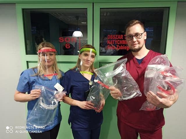 Pracownicy szpitala w Zielonej Górze są zachwyceni pomocą od Łukasza i Justyny. Małżeństwo na drukarkach 3D produkuje przyłbice, które pomagają chronić się przed zakażeniem koronawirusem.