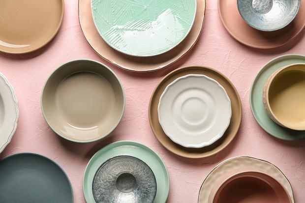 Kolorowa zastawa stołowa, która odmieni stół. Te kolory zachwycają
