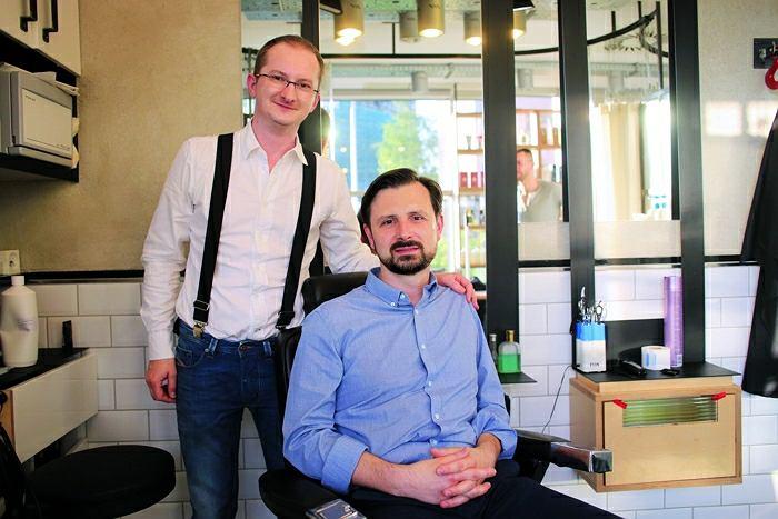 Na zdjęciu Maciej Łagocki, który wystylizował brodę naszemu koledze z działu graficznego, mistrz fryzjerstwa i certyfikowany golibroda z salonu Spearside w Warszawie