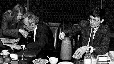 Tadeusz Mazowiecki i Małgorzata Niezabitowska, obok Leszek Balcerowicz, 1991 r.