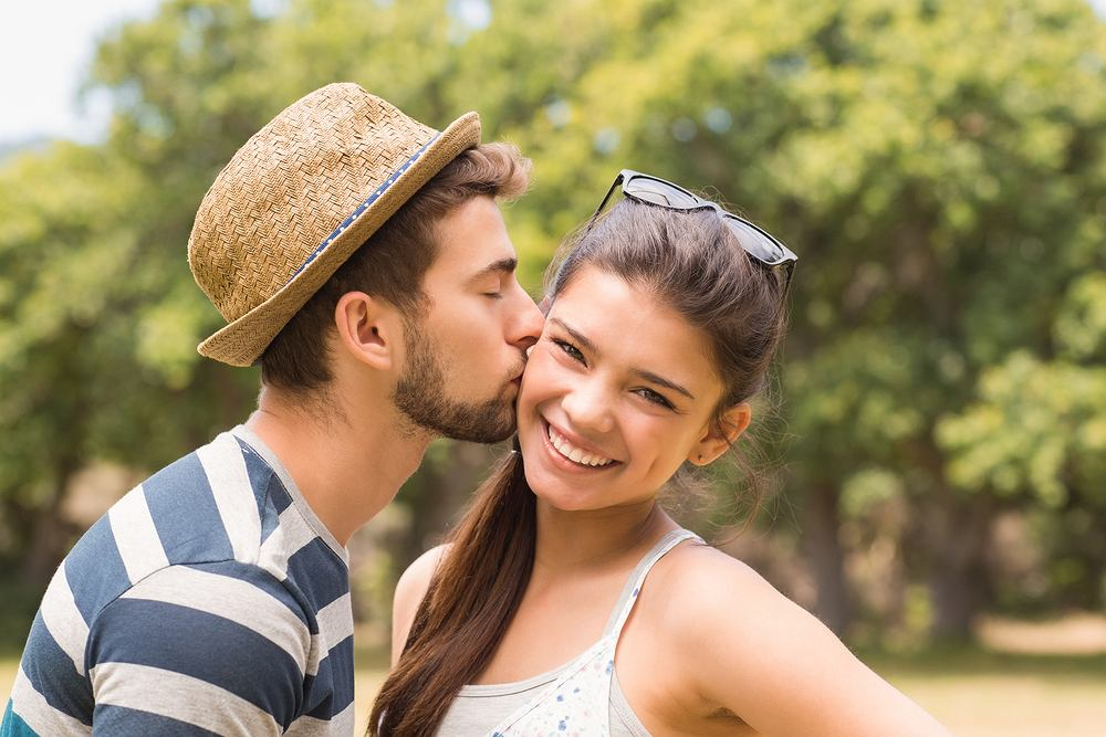 Sennik: pocałunek w policzek. Jak odczytać ten sen? Zdjęcie ilustracyjne