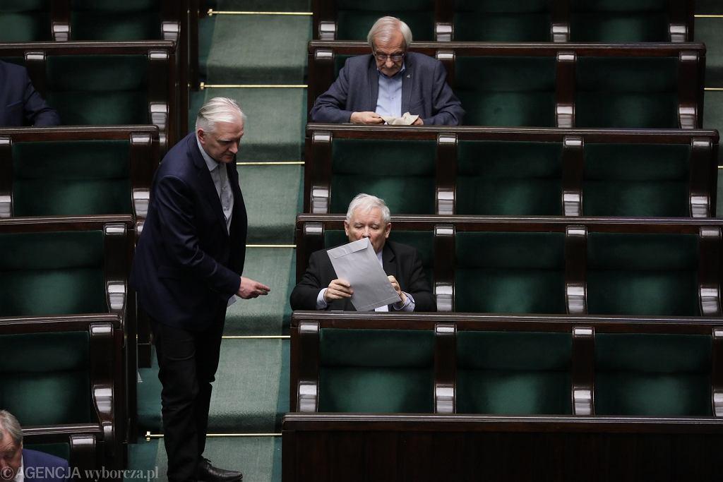 Jarosław Kaczyński i Jarosław Gowin na sali plenarnej. Warszawa, Sejm, 8 kwietnia 2020