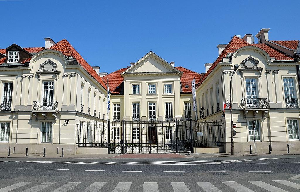 Widok pałacu od strony ulicy Miodowej