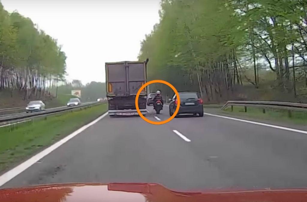 Motocykl wyprzedza tira i gubi pasażera