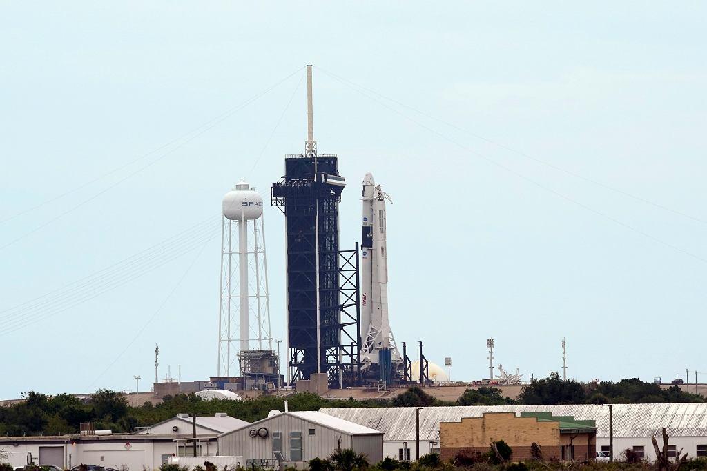 Dzisiejszy lot statku Dragon, który należy do firmy SpaceX miliardera Elona Muska, ma być pierwszą od dekady załogową misją kosmiczną, startującą z terenu USA. Na zdjęciu: rakieta Falcon 9 ze statkiem Dragon, na wyrzutni. Kennedy Space Center, Cape Canaveral, USA, 27 maja 2020