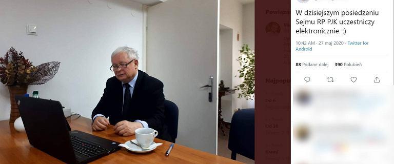 Burzliwe obrady w Sejmie. Jarosław Kaczyński obserwuje je, pracując zdalnie