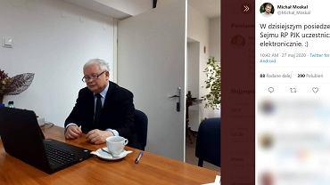 Prezes PiS Jarosław Kaczyński podczas pracy.
