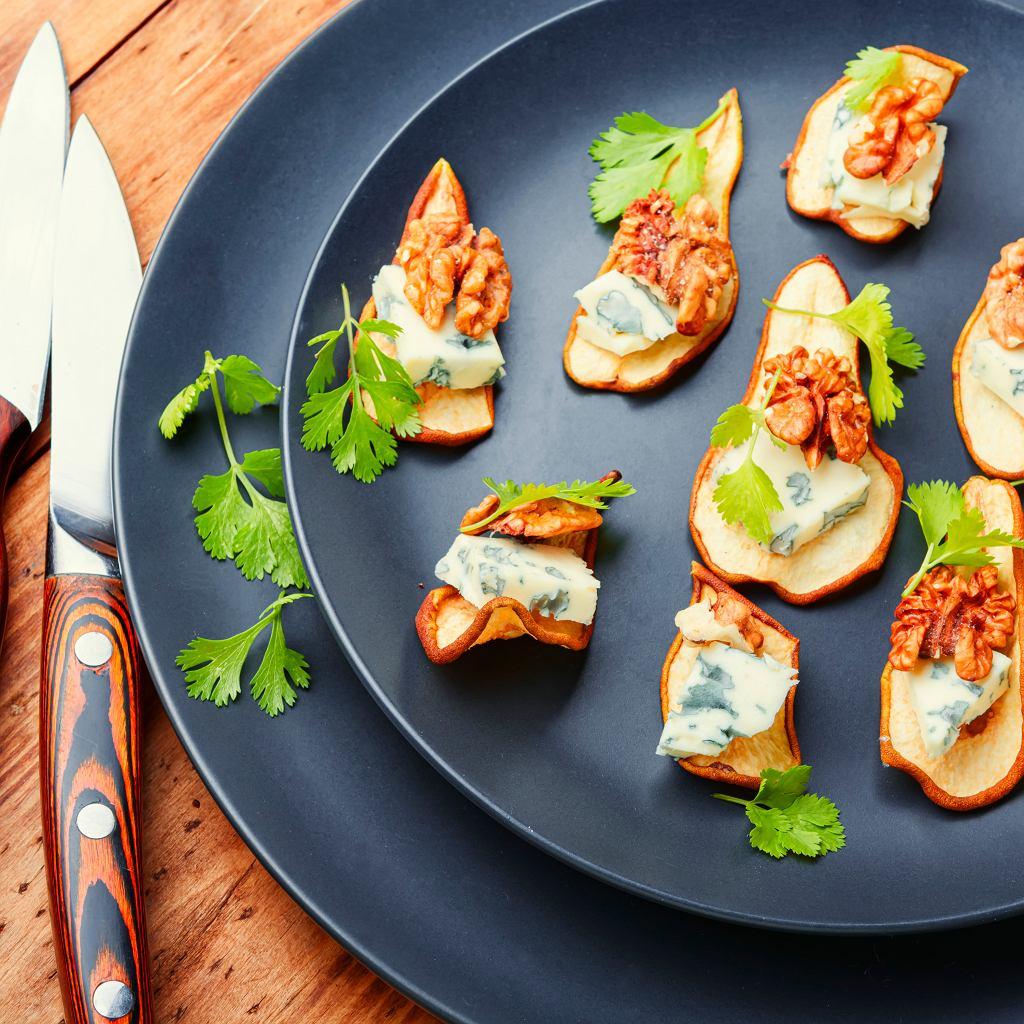 Czipsy z gruszek z serem pleśniowym i orzechami