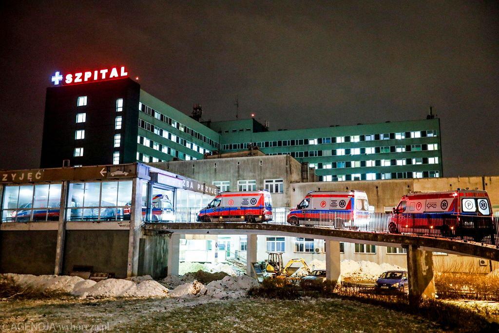 Załogi karetek oczekują na przyjęcie do radomskiego szpitala przywiezionych pacjentów