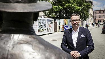Piotr Kuczera, prezydent Rybnika przy pomniku Władysława Webera, zasłużonego burmistrza tego miasta