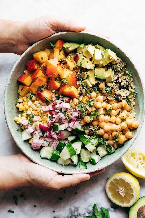 Odpowiednio przygotowana sałatka to sycący, a jednocześnie lekki posiłek