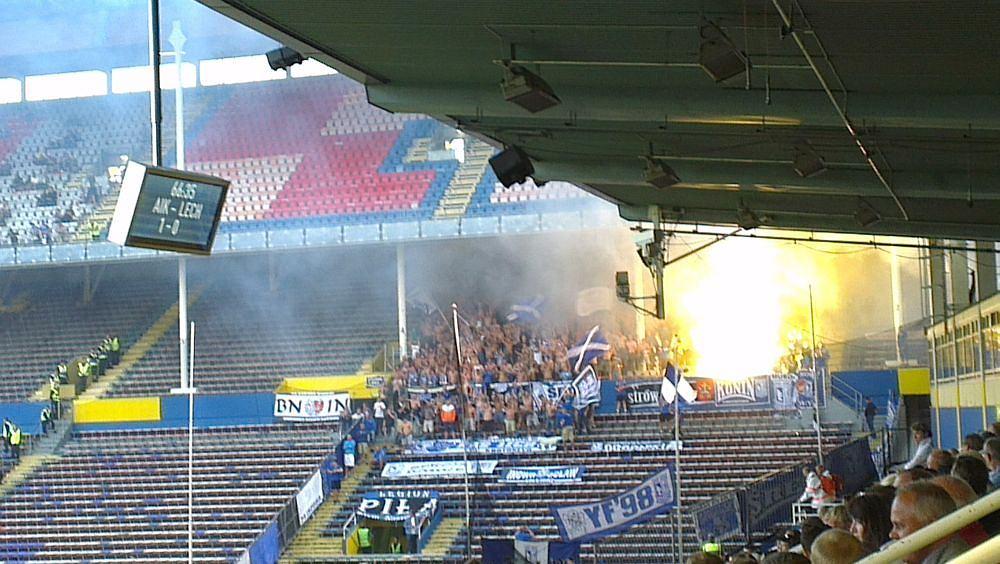 Podczas meczu z AIK Solna kibice Lecha Poznań odpalili race