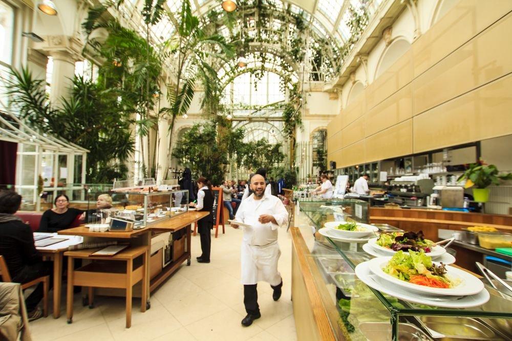 Wnętrze restauracji Palmenhause usytuowanej niedaleko pałacu Hofburg. Wiedeń, Austria