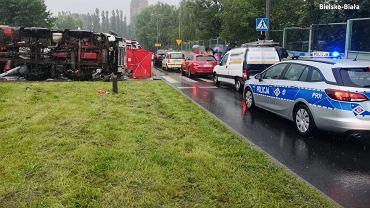 W Bielsku-Białej ciężarówka przewróciła się na samochód osobowy