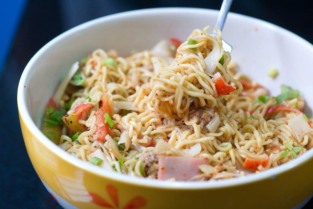 Sałatka z zupek chińskich to jedna z łatwiejszych do przyrządzenia sałatek na imprezę, z którą bez problemu poradzi sobie nawet początkujący kucharz