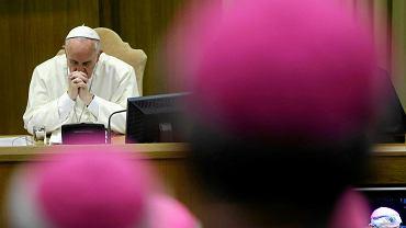 Papież Franciszek obserwuje obrady synodu