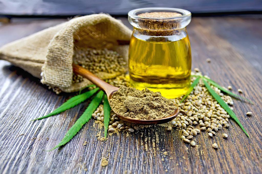 Olej konopny zawiera dużą ilość kwasów Omega 3 i 6. Zdjęcie ilustracyjne