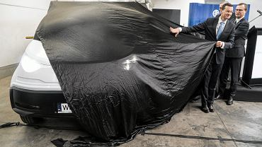 Premier rządu PiS Mateusz Morawiecki prezentuje samochodu Ursus Elvi (właściwie - jak się okazało -  jego plastikowy model). Poznań, HCP, 28 kwietnia 2017