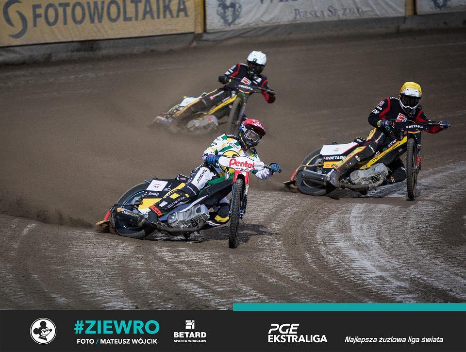 Pierwszy z dwóch meczów o 3. miejsce PGE Ekstraligi w sezonie 2020. Falubaz Zielona Góra wygrał 37:32 ze Spartą Wrocław. Sędzia przerwał mecz po 12 gonitwach
