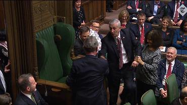 Posłowie zaciągają nowego spikera Izby Gmin na jego fotel