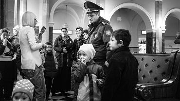 Czeczeni na dworcu w Brześciu rozmawiają z milicjantem Saszą - jednym z nielicznych, który stara się im pomagać