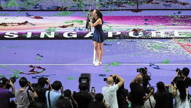 Tennis - BNP Paribas WTA Finals - Singapore Indoor Stadium, Singapore Sports Hub - 1/11/15 Poland's Agnieszka Radwanska celebrates with the trophy after winning the final  Action Images via Reuters / Jeremy Lee Livepic SLOWA KLUCZOWE: 2015 ZDJĘCIE DO WKŁADKI: DGWRP Gazeta WyborczaSport