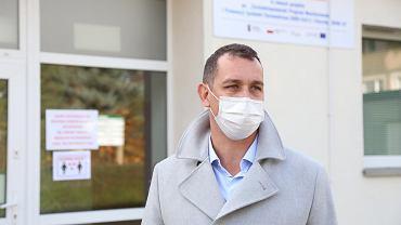 Prof. Miłosz Parczewski przed punktem badań w szpitalu przy ul. Arkońskiej